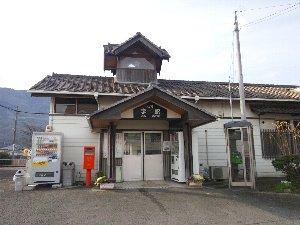 吉野川沿いにある小駅です。