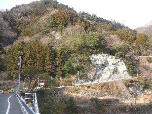 この山道を上り始めた所で通行止を喰らった。四国の山道は侮れない...。