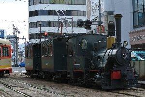 よ〜くみると、パンタグラフ付いてるのがわかりますよね。これ、れっきとした電車です。