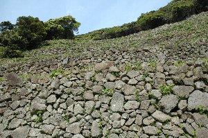 国道のヘアピンカーブ頭上に石垣群が広がり、その偉容に圧倒される。