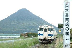開聞岳をバックに枕崎へと向かう普通列車