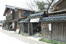 横山家は1786年より、江差で漁業、商業、回船問屋を営んでいました。この建物は今から約160年前に建てられた家屋で、昭和38年に道の文化財指定を受けました。