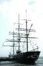 戊辰戦争中に江差沖で座礁、沈没した船を、オランダに残っていた設計原図をもとに復元したもの。