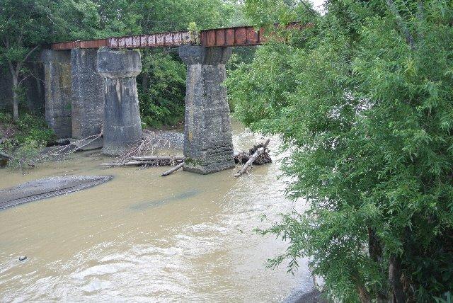 橋台はあちこちで見ましたが、橋脚まで完全に残っていたのはここくらい?