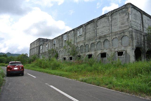 民家と併せて、こうした鉱業施設跡地が残っています。