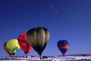 澄んだ青空に向かって飛び立っていく気球の景色は圧巻です。