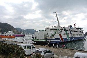 小豆島や直島方面へフェリーが出ています。