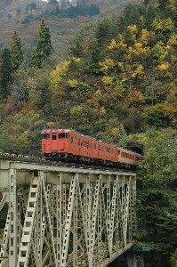 臨時列車のため只見線にしては珍しい配色、長大編成となっています。
