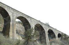 戦時中の粗悪なコンクリートで作られているため、崩落の危険があるとか。