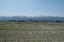 この季節、東北各地はどこでも雪を被った山々が見える。晴れた日は最高です。
