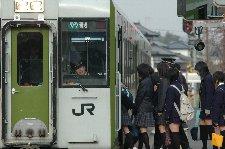 ホームの上は高校生だらけ、地方は通学列車が限られるので比較的このような絵が取りやすい。