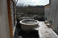 露天風呂の手前にある木の太鼓橋もなかなかです。