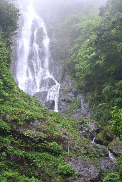 岡山県真庭市神庭にある滝。国の名勝に指定されており、日本百景、日本の滝百選にも選定されている。また周囲は岡山県立自然公園に指定されている。