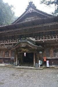 山間の意外な場所で絶景の寺を発見した喜びはこの上ない。