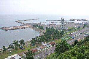 ログハウス風の展望台が整備されており、展望台からは蟹田港越しに北海道や下北半島を一望できる。天気が良ければ...ね。