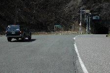 こんな寒々しい峠、早く越えてしまいましょう。