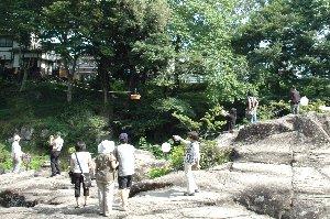 左手に見えるのが団子屋。注文を受けて作られた団子は、渓谷を跨ぐ籠に乗って運ばれてくる。