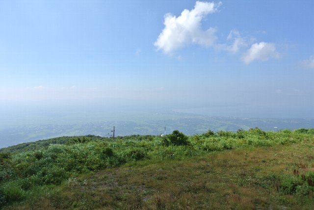 白雲台展望台に至る道路は防衛省管理。山上にはレーダーらしき施設が見えます。