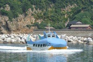 サメの形をした立派な観光船に見えますが、張りぼての老朽船です(笑)。