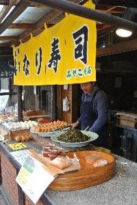 このお店は高菜入りのいなりずしを販売。他に、くるみが入ったいなり寿司を売るお店もありました。