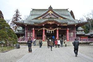 規模は大きくないものの、日本三大稲荷に数えられる由緒ある神社である。