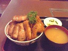 小鹿野町のわらじカツ丼ほどくどい味付けではなく、非常に食べやすかったです。