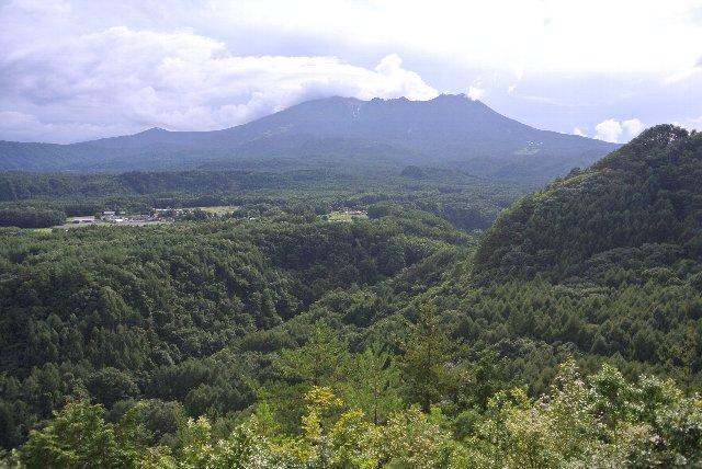 山麓に鬱蒼とした森が広がる風景は、北海道の三国峠を連想させる。