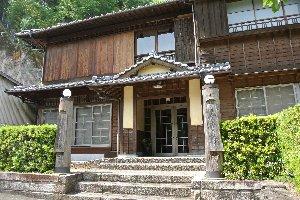 大江健三郎の出身地で旧喜多郡大瀬村役場だった建物。住民運動により改修、市民の交流の場となっているほか、2階は宿泊施設になっている。
