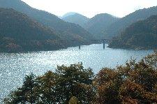 たとえダム湖でも、これだけ深みのある景色を見せてくれれば十分。