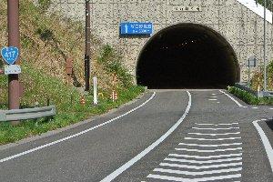 ダムサイトの道はよく整備されている。