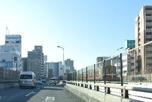 中央に北大阪急行を挟みながら、その奥には箕面方面への下り線を走る車両も見える。