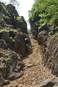 左側が明治以降に掘られた坑口、右側が江戸時代から使われている坑口。