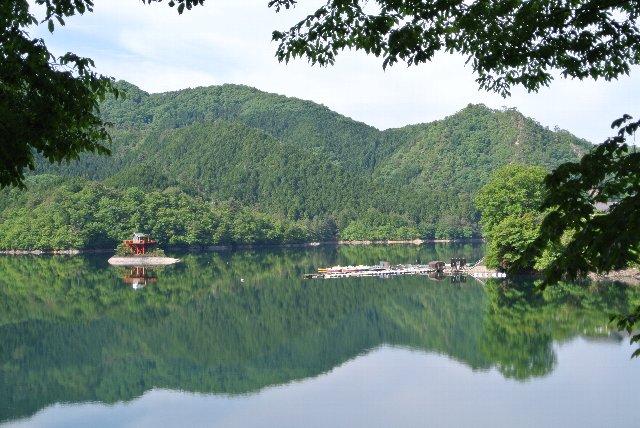 人造湖である部分はポイントが低いのですが、人通りが少ない中、静かな湖面を堪能できるのが良いですね。