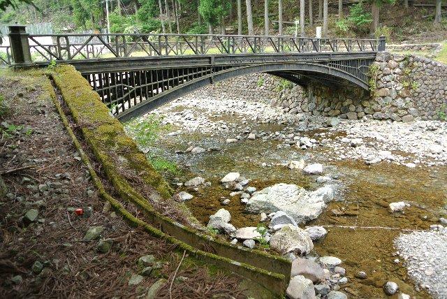 普通に川に掛かる小さな橋、この橋が日本の重工業の先駆けであったことは間違い無い。