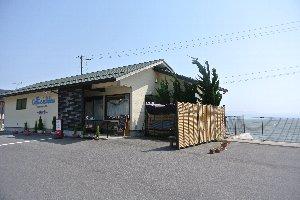 湖岸に経つお洒落な喫茶店。
