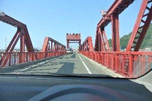 無骨な鉄骨で組み上げられた赤い橋梁は、近代遺産と呼ぶに相応しい。