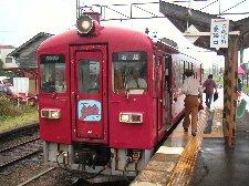もとは電車が走ってましたが、経費削減でレールバス化を断行、可愛いディーゼルカーが走っていました。