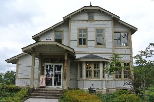 館内は古賀政男資料館となっている。喫茶スペースで珈琲やケーキを頂くこともできます。