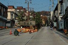 緩やかな短い距離の上り坂に、宿と土産物屋が建ち並ぶ様子は、まさに「温泉街」と呼ぶに相応しい。