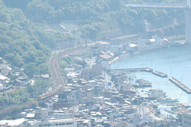 千光寺公園山頂からは海沿いに蛇行する山陽線の電車と、尾道の街の様子を一望できる。