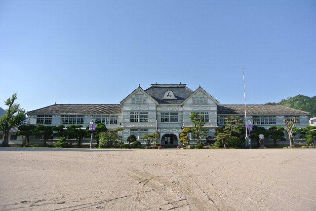 岡山県真庭市(旧真庭郡久世町)にある歴史的建築物。日本の学校建築の設計基準が確立した明治後期における独特な擬洋風校舎として国の重要文化財に指定されている。