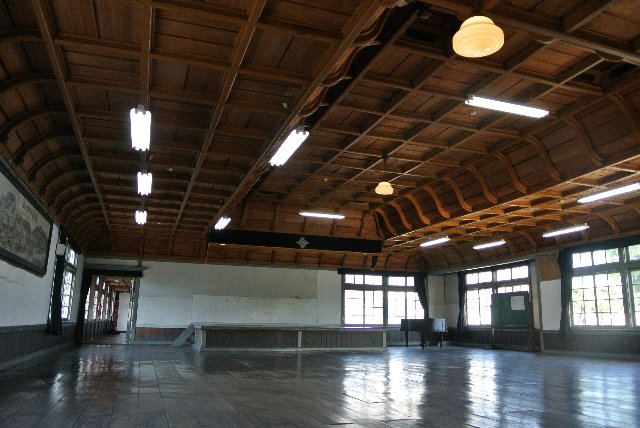 小学校とは思えぬ天井の装飾をご覧あれ。