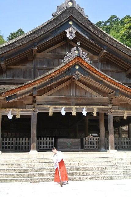 立派な門構え、社殿、見るべきものはたくさんあったが、うちの興味は巫女さんに奪われた(爆)。