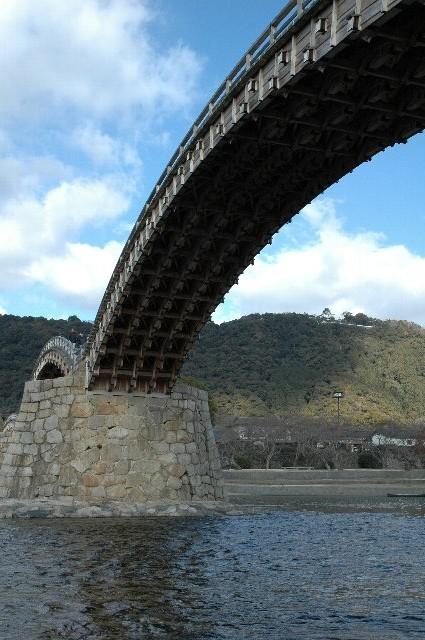 直前に中国地方を襲った台風の影響で、錦帯橋の橋脚が流され、1本が仮設の支柱で支えられている状態