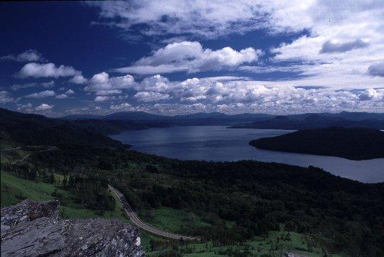 屈斜路湖を望む一番ポピュラーな展望地なので、人の多さには目をつぶりましょう。