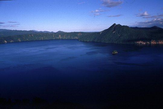 「摩周ブルー」と言われる美しい湖面が青空に映えます。