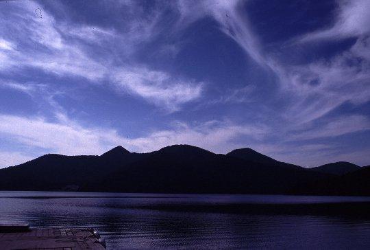 この日は、風があって湖面が揺れていたため、残念ながら唇の上半分だけが見えた。