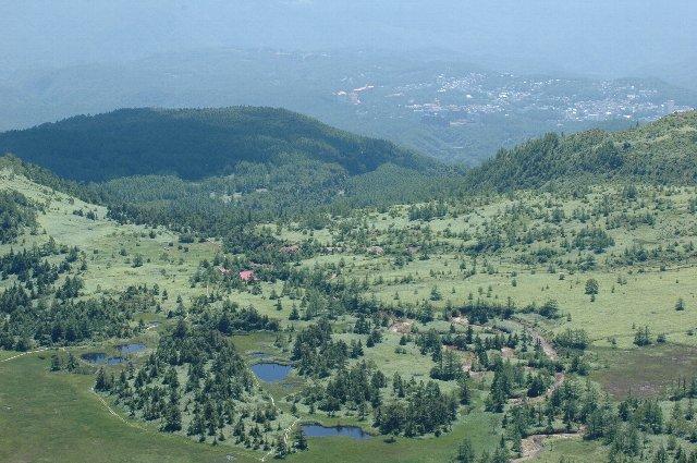 志賀高原の湖沼群越しに、中野市街の街並みを俯瞰することが出来る。