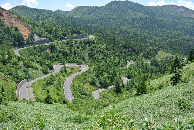 渋峠へ続く道は、長野県側よりも群馬県側の方がはるかに厳しい。