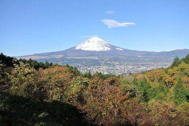 山頂付近にも笠雲らしき雲がうっすらと見えますね。